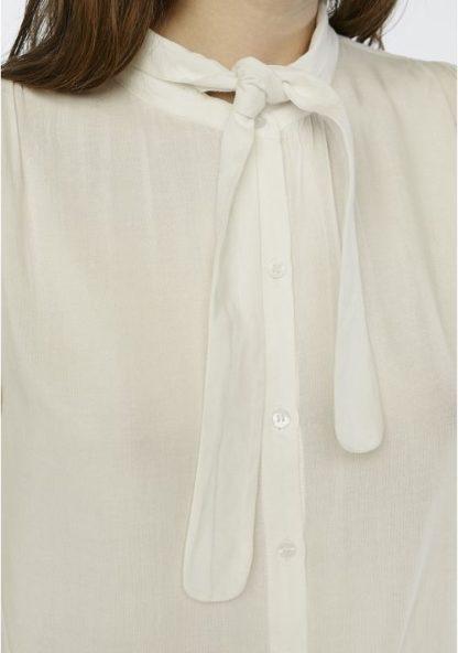 camicia bianca con fiocco particolare peccati veniali