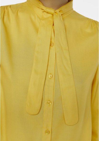 camicia gialla con fiocco particolare peccati veniali