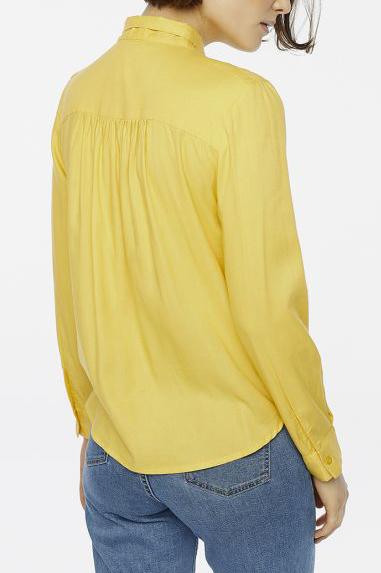 camicia gialla con fiocco schiena peccati veniali