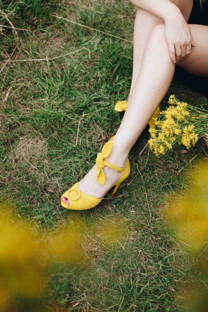 scarpa loretta gialla calzata peccati veniali