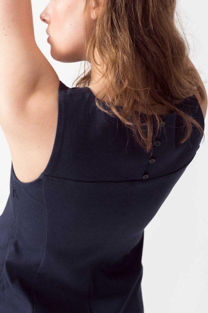 abito blu con bottoncini sulla schiena lary particolare peccati veniali