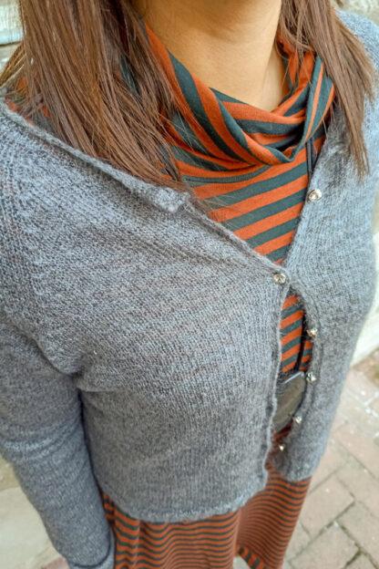 cardigan grigio con bottoni gioiello particolare peccati veniali